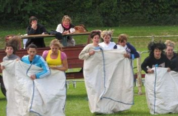 cheveux-au-vent-le-depart-fulgurant-des-participantes-a-la-course-en-sac-ou-big-bag